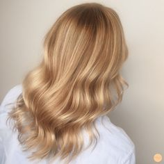 Blond hair Blond hair,~Beauty~ Blond hair Related posts:How to Make Strawberry Cheesecake with Chocolate Covered Strawberry Easter Eggs - How to make Stylish & Sweet Lob Haircut-Ideen, schulterlange Frisuren 2019 - Bunte Haar. Gold Blonde Hair, Champagne Blonde Hair, Blonde Hair Shades, Blonde Hair Looks, Blonde Hair With Highlights, Balayage Hair Blonde, Blonde Color, Warm Blonde, Carmel Blonde Hair