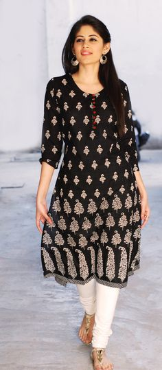 Can get it made out of an old saree India Fashion, Ethnic Fashion, Asian Fashion, Pakistani Dresses, Indian Dresses, Indian Outfits, Indian Look, Indian Ethnic Wear, Salwar Designs