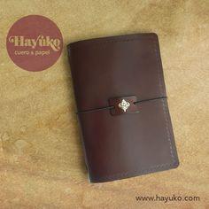 EXTERIOR FUNDA LIBRETA  … y así ha quedado el exterior con el detalle del cierre. Leather Notebook, Wallet, Cases, Paper Envelopes, Purses, Diy Wallet, Purse