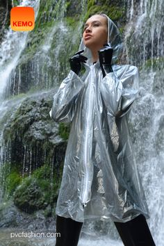 Unisex PVC Regenjacke in transparent silber von kemo-cyberfashion.de - Wasserfall im schönen Alpenvorland. Clear Raincoat, Blue Raincoat, Plastic Raincoat, Pvc Raincoat, Plastic Pants, Rubber Raincoats, Sexy Women, Women Wear, Hooded Cloak