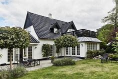 Private house and garden in Hornbæk, Denmark. Scandi Home, Scandinavian Home, Denmark House, Danish House, Sims Building, Danish Interior, Aesthetic Bedroom, Sims House, Cottage Interiors