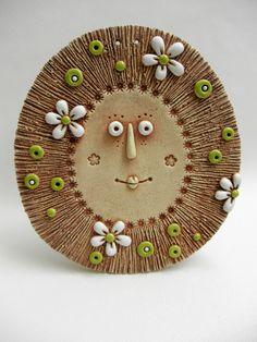 Sluníčko k zavěšení Ze šamotové hlíny, vhodné i kvenkovní dekoraci. Velikost 16 x 17,5 cm (šxv).
