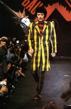 """1987 : Fred (des Rita Mitsouko) défile pour Jean-Paul Gaultier (défilé Homme """"Les Rock Stars"""" hiver 1987-88)"""