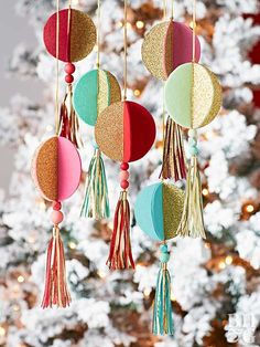 circle ornaments by christmas tree Easy Christmas Ornaments, Glitter Ornaments, Holiday Centerpieces, Handmade Christmas Decorations, Handmade Christmas Gifts, Handmade Ornaments, How To Make Ornaments, Homemade Christmas, Christmas Crafts
