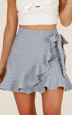 Come Closer Skirt In Grey Stripe Produced - Kleider und Röcke - Skirt Mode Outfits, Skirt Outfits, Fashion Outfits, Fashion Skirts, Style Fashion, Feminine Fashion, 80s Fashion, Fashion Online, Summer Skirts