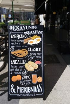 Una pizarra de doble cara para presentar los desayunos y meriendas de tu restaurante siempre es buena idea. Rotulación artesanal e ilustraciones de los platos