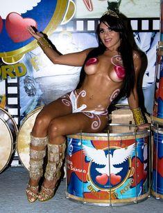 http://www.portaldozacarias.com.br/site/noticia/Rainha-de-bateria-da-Belford-Roxo-posa-nua-e-pintada-Vou-causar-na-Sapucai-/