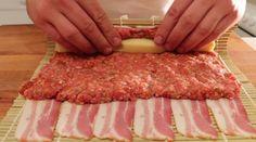 Ela utiliza bacon, carne picada, queijo e molho de churrasco. E o resultado não podia ser mais delicioso... É uma receita rápida e simples de Sushi de bacon. Vais encantar os teus convidados!