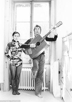 Rarely seen images of John Lennon relaxing at home with Yoko Ono Ringo Starr, George Harrison, Paul Mccartney, Liverpool, John Lennon Yoko Ono, Jhon Lennon, Digital Foto, El Rock And Roll, Name That Tune