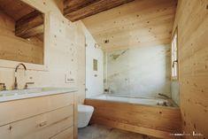 Verglasung auf Badewanne. Türflügel nach innen faltbar.  Oft ist es die schlichte Perfektion, die ein Design besonders anziehend macht.  Genauso verhält es sich bei unseren Badewannenverglasungen.  Verglasung im Chalet Alcove, Bathtub, Wellness, Bathroom, Design, Glass Building, Bath Tub, Bathing, Standing Bath