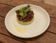 Deze tonijntartaar met avocado en wasabimayonaise is verrukkelijk. Een lekker voorgerecht om het diner mee te beginnen. Een tip voor tijdens de feestdagen!