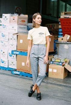 T-shirt gráfica, calça e alfaiataria cinza, oxford vernis