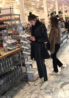 Finishing off: She accessorized in a pair of thick gold hoops, and tied her brunette licks. Kaia Gerber Instagram, Kaia Jordan Gerber, Selfies, Curvy Fashion, Fall Fashion, Fashion Tips, Fashion Trends, Stylish Eve, Everyday Fashion