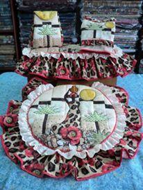 SET DE BAÑO AFRICANA: TAPA DE POCETA, TAPA DE TANQUE, BOLSITO Y PORTARROLLO. Elaborado con Técnica Patchwork y Aplicaciones Bordadas en telas 100% algodón Americano. Diseño AMARILIS CISNEROS DE HERRERA - VENEZUELA +58-4143419580. Tree Skirts, Diy And Crafts, Christmas Tree, Holiday Decor, Home Decor, Scrappy Quilts, Craft, Layette, Dress