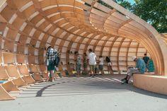 Como construir uma biblioteca urbana paramétrica com 240 peças de madeira