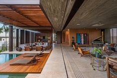 Corten House / Costaveras Arquitetos Completed in 2019 in Jardins Munique Brazil. Images by Studio Ode. Located within a private condominium in the city of Goiânia Casa Corten was designed to meet the needs of a young couple with their young children. Patio Interior, Interior Exterior, Exterior Design, Studio Arthur Casas, Suite Principal, Bali, Tropical Architecture, Concrete Houses, Metal Pergola