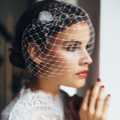 💥 ***sneak peek*** beautiful bridal shoot with amazing 📸 @birgithart and our sexy *birdcage veil LEILA* makeup & hair by me 💄 @brautzauber * model @liza_gaertner 👗 @salon_hamburg * location @sirhotels ⚓️⠀ ⠀ ⠀ .⠀ .⠀ .⠀ .⠀ #bellejulie #handmade #shooting #bridalveil #birdcageveil #bridalheadpiece #weddingveil #fascinator #bridalhair #brauthaarschmuck #schleier #brautaccessoire #brautfrisur #brautmode #hochzeitsschleier #brautschleier #beautifulbride #fascinator #weddingday  #hochzeit…