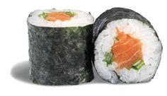 MAKI SAUMON SPICY  - rouleau de riz enroulé de nori et garni d'un dé de saumon ; de sauce spicy mayo et d'oignons nouveaux