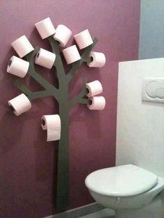 Fant denne på Pintrest. Synes det var en elegant måte å løse oppbevaring av toalettpapir, istedef...