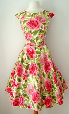 Rose Print Dress--this is still a very flattering style for my build. Fashion Moda, 1950s Fashion, Look Fashion, Vintage Fashion, 50s Dresses, Pretty Dresses, Summer Dresses, Fashion Dresses, Wedding Dresses