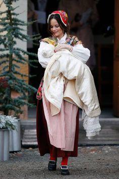 La princesa Sofía ha escogido para la ocasión vestir un traje típico regional.