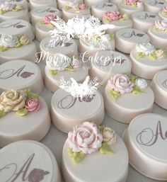 White/floral Oreos, pretty for Shower or Wedding Chocolate Covered Treats, Chocolate Dipped Oreos, Chocolate Covered Strawberries, Oreo Treats, Oreo Cookies, Mini Cakes, Cupcake Cakes, Patisserie Fine, Oreo Pops