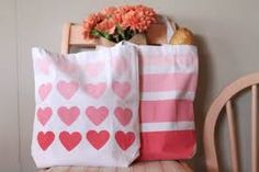 DIY Ombre Heart and Striped Canvas Tote (using freezer paper) Diy Ombre, Diy Bag Painting, Tape Painting, Fabric Painting, Diy Tote Bag, Tote Bags, Freezer Paper Stenciling, Plain Canvas, Diy Sac