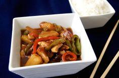 Pollo con piña al estilo chino. Es un plato compuesto además por algunas verduras, y aderezado con una deliciosa salsa agridulce y ligeramente espesa que vamos a hacer sin ninguna dificultad. La guarnición ideal para este tipo de platos siempre es arroz basmati cocido, o incluso unos fideos de arroz o noodles, ya que son un aporte sencillo al plato y la combinación siempre es deliciosa. Deléitate con esta exquisita receta asiática agridulce ;)