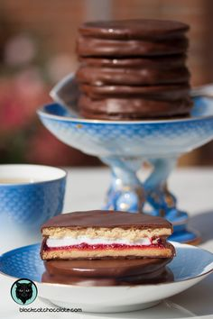 A classic Wagon Wheel consists of two biscuits with marshmallow sandwich filling, covered in a chocolate. This version contains a thin layer of raspberry jam, too. The recipe was developed by Paul Hollywood from the Great British Bake Off. British Biscuit Recipes, British Baking Show Recipes, British Bake Off Recipes, British Biscuits, Great British Bake Off, Baking Recipes, Cookie Recipes, Dessert Recipes, Wagon Wheel Biscuit