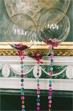 Utiliza globos transparentes para darle un toque único y diferente a la decoración de tu fiesta. Puedes conseguir estos globos en tiendas e...: