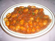 Un generoso piatto di gnocchi di patate condite con il nostro ragù di carne: ban aptìt!!! (buon appetito!!)