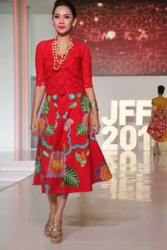Red short sleeve brocade with clock skirt batik Batik Kebaya, Batik Dress, Blouse Dress, Batik Fashion, Ethnic Fashion, Womens Fashion, Simple Dresses, Beautiful Dresses, Batik Blazer
