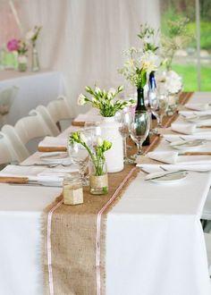 Chemin de table en toile de jute et rubans