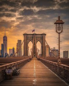 Such a beautiful moody shot of Brooklyn Bridge by Krenn New York Pictures, New York Photos, Brooklyn New York, Brooklyn Bridge, New York Drawing, New York Life, New York City Travel, City Aesthetic, Lower Manhattan