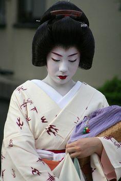 theflowerandwillowworldofkyoto: Geisha Kyoto, Japan by tep_86 on Flickr. From Flickr user Tom Pursey. Japanese Geisha, Japanese Beauty, Japanese Kimono, Japanese Fabric, Japanese Style, Geisha Art, Memoirs Of A Geisha, Turning Japanese, Japanese Outfits