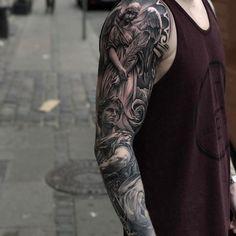 Tattoos for men: The best templates and motifs Quarter Sleeve Tattoos, Arm Sleeve Tattoos, Tattoo Sleeve Designs, Leg Tattoos, Body Art Tattoos, Band Tattoos For Men, Biker Tattoos, Cool Tattoos For Guys, Badass Tattoos
