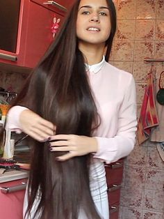VIDEO - Huge, heavy buns, bangs and a lot of long hair - RealRapunzels Very Beautiful Woman, Beautiful Long Hair, Amazing Hair, Gorgeous Hair, Long Hair Play, Hair Knot, High Ponytails, Playing With Hair, Super Long Hair