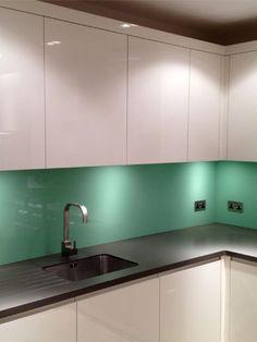 Gekleurde glazen keuken achterwand #keukenglas #backsplash #spatwandglas #interiorinspiration #kitcheninspiration