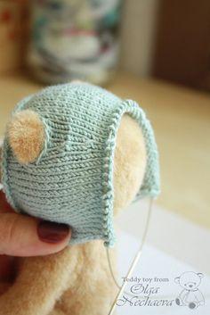 По вашим многочисленным просьбам я сегодня подготовила для вас мастер-класс по вязанию кофточки с капюшоном. Представляю вам моего мишку Сэма, который согласился стать моделью для съёмки. Ростом он 16 см и сшит по моей любимой выкройке. А теперь начнём потихоньку :) Нитки у меня вискоза, толщиной примерно 2 мм. Можно использовать любые нитки. Спицы и крючок номер 2. Заранее я подготовила образец.