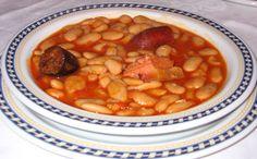 La fabada asturiana es el cocido tradicional de la cocina asturiana elaborado con alubias blancas