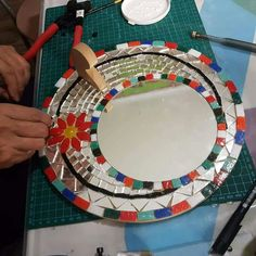 Mosaiquismo Mosaic Mirrors, Mosaic Art, Mosaic Tiles, Mosaic Projects, Diy Projects, Mosaic Patio Table, Wooden Pallet Beds, Mosaic Furniture, Decorated Flower Pots