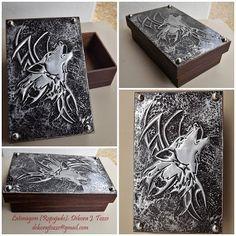 Caixa Lobo UivandoCaixa em mdf pintada à mão.Tampo em alumínio com trabalho de latonagem (repujado) de Lobo. Tamanho:Largura: 10 cmComprimento: 16 cmAltura: 4.5 cm100% feito à mão