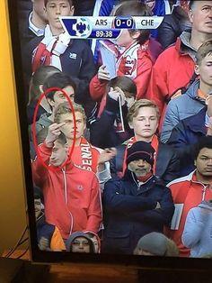 Kibic Arsenalu Londyn pozdrawia fakolcem wszystkich z Chelsea • Fan Kanonierów pokazał środkowy palec w derbach Londynu • Zobacz >> #arsenal #football #soccer #sports #pilkanozna #funny