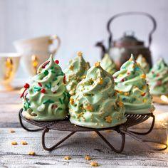 Joulupuu on rakennettu herkullisesta mokkamarenkivaahdosta ja valkosuklaakuorrutteesta. Koreat joulukuusisuukot kaunistavat jouluista kahvipöytää!
