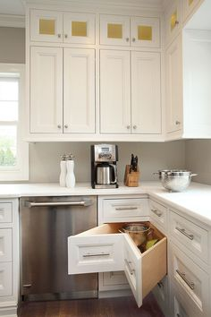 Smart corner drawers are a must in the L-shaped kitchen - Decoist - you will find everything about kitchens on http://thekitchenlove.com/