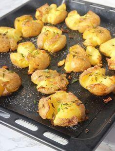 Krossad potatis Food For The Gods, Vegetarian Recipes, Healthy Recipes, Snacks Für Party, Potato Recipes, Wine Recipes, Summer Recipes, Family Meals, Love Food