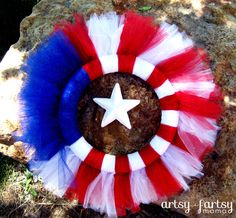 artsy-fartsy mama: a creative mama doing creative things!: of July Wreath (holiday crafts of july) Patriotic Wreath, Patriotic Crafts, July Crafts, 4th Of July Wreath, Holiday Wreaths, Holiday Crafts, Holiday Fun, Holiday Ideas, Halloween Crafts