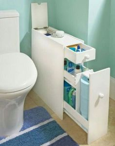 Looking for small bathroom storage inspiration? We found that in a small bathroom, efficient storage is one of the things that is very difficult to squeeze out, but you just have to be really smart about it. Small Apartments, Small Spaces, Clever Bathroom Storage, Creative Storage, Bathroom Organization, Storage Organization, Clever Storage Ideas, Creative Ideas, Bathroom Ideas