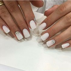 The advantage of the gel is that it allows you to enjoy your French manicure for a long time. There are four different ways to make a French manicure on gel nails. Bride Nails, Prom Nails, Fun Nails, Nails 2018, White And Silver Nails, White Nails With Design, White Summer Nails, White Gel Nails, Nail Summer