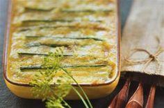 Faites bouillir de l'eau dans une grande casserole. Epluchez et rincez les pommes de terre. ...